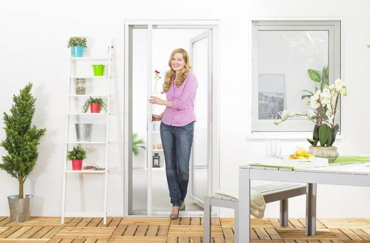 Insektenschutzrollo Tür Smart halb geöffnet
