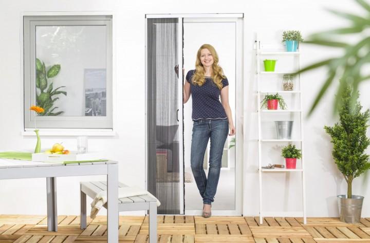 Insektenschutz Plissee Tür halb geöffnet weiß